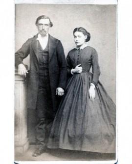 Couple posant debout