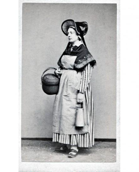 Femme avec panier et pot à lait en costume traditionnelle