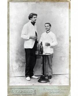 Deux jeunes garçons avec bouteille et deux verres