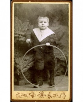 Petit garçon en marin avec cerceau (jouet)