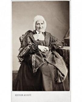 Femme âgée assise avec châle et charlotte. Jeanne Malaure