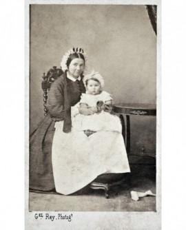 Femme tenant un bébé. nourrice