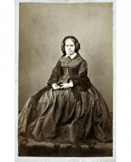 Femme en robe posant assise