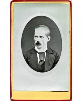 Portrait d'un homme moustachu en médaillon