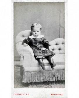 Jeune enfant assis dans un fauteuil