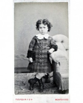 Enfant en robe posant debout
