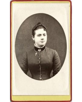 portrait d'une femme portant un crucifix