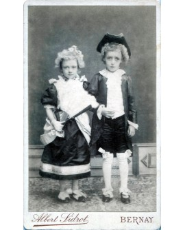 Couple d'enfants costumés