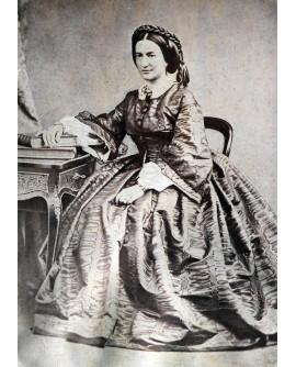 Femme en grande robe posant assise