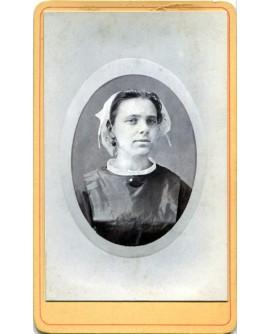 Portrait d'une femme portant une coiffe