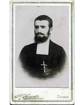 Prêtre barbu portant une crucifix