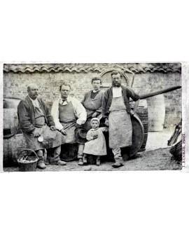 Groupe de paysans assis sur des fûts de vin ou de cidre