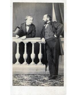Deux hommes accoudés à une balustrade