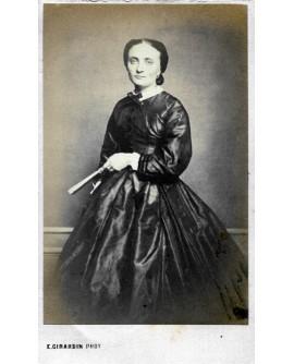 Femme en robe tenant un éventail