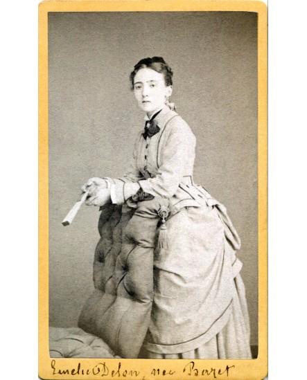 Femme posant debout tenant un éventail. Emilie Delon, née Barret