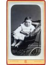 Bébé installé dans une ancienne poussette