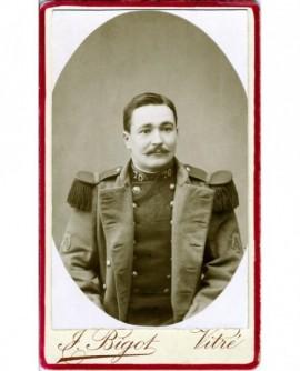 Portrait en médaillon d\'un militaire moustachu du 70è RI