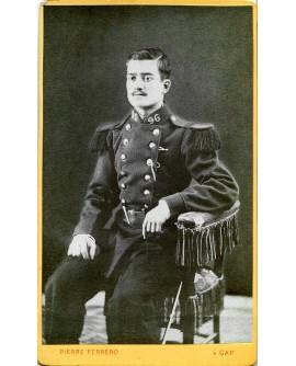 Militaire du 96éme posant assis