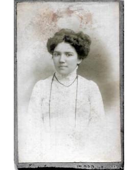 Portrait d'une femme avec un grand collier