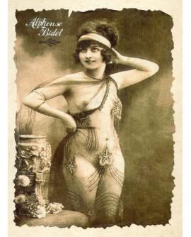 Femme posant nue sous un voile de dentelle