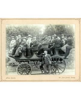 Groupe de 22 personnes sur un omnibus hippomobile
