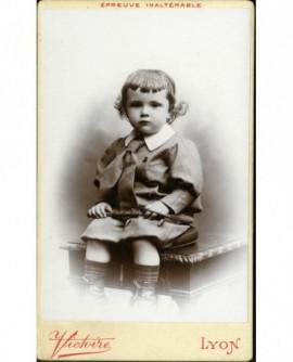 Petit enfant assis sur une table