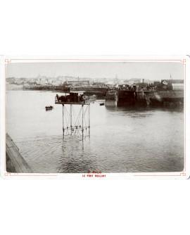 Pont roulant traversant le port de Saint-Malo (marée haute)