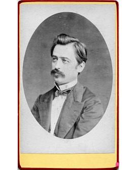 Portrait d'un homme moustachu en médaillon. 1878