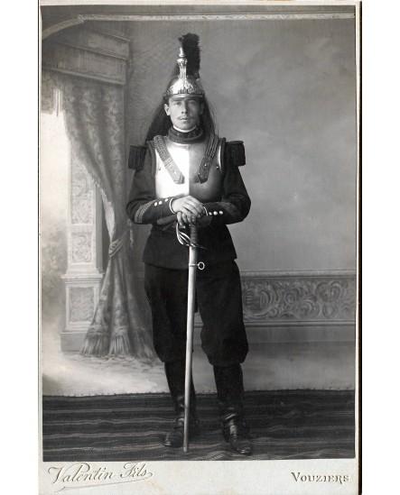 Cuirassier posant avec cuirasse, casque et épée