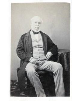 Homme à barbe blanche posant assis