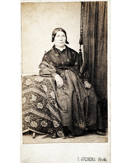 Femme avec foulard posant assise