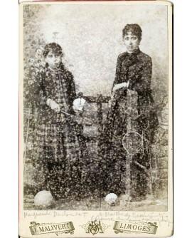 Jeunes filles posant avec raquette de badminton. jouet. Marguerite Ducloudut et Marthe de Fressiniat