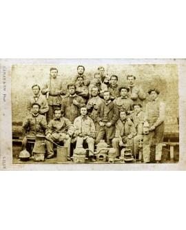 Groupe d'ouvriers posant assis