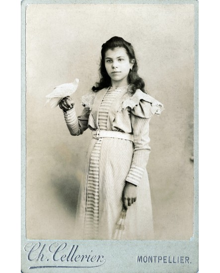 Jeune femme tenant une colombe