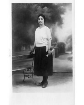Femme posant debout devant une toile peinte