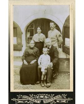 Famille posant: militaire, femme et enfant