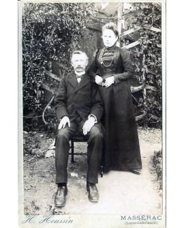 Couple âgé posant en extérieur