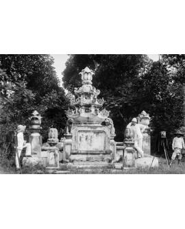 autoportrait de deux photographes devant un monument au Tonkin (Indochine) (Dieulefils ?)