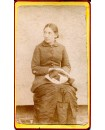 Mlle Sanson, jeune femme posant assise