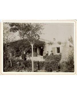 Vue extérieure d'une maison avec trois hommes
