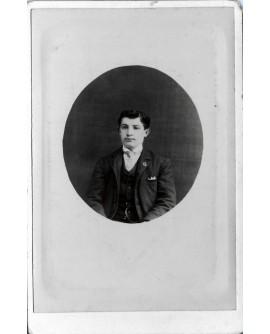Portrait d'un jeune homme en médaillon