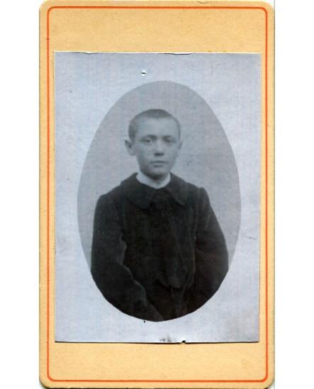 Jeune garçon en médaillon
