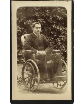 Jeune homme assis dans une chaise roulante