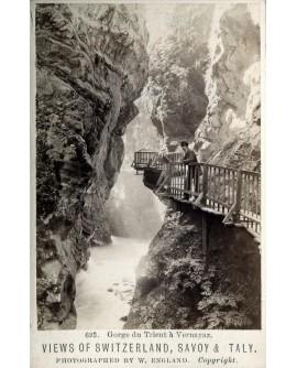 Homme posant dans la Gorge du Trient à Vernayaz