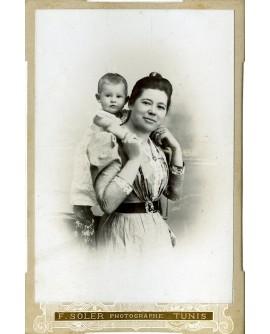 Femme portant un enfant sur les épaules
