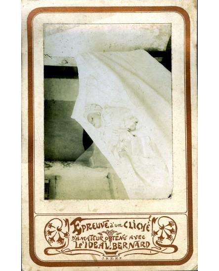 Photo mortuaire d'un bébé sur un carton de l'Idéal Bernard