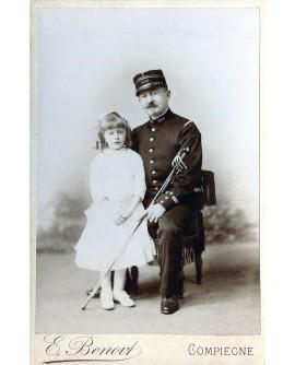 Militaire du 254éme bataillon posant avec une fillette