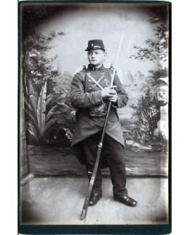 Militaire posant en capote avec son fusil