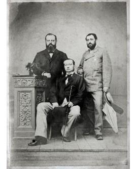 Trois hommes posant dignement