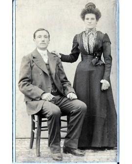 Couple posant, lui assis